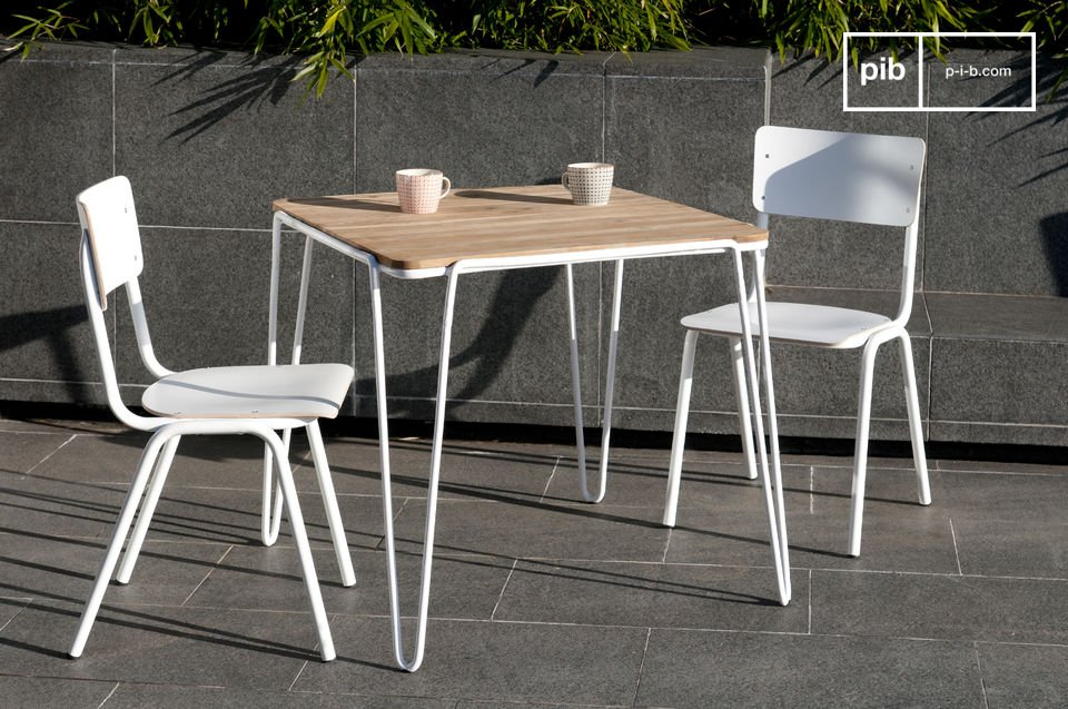 With its white fine metallic structure and its teak platter, the table Espace offers a great impression of lightness