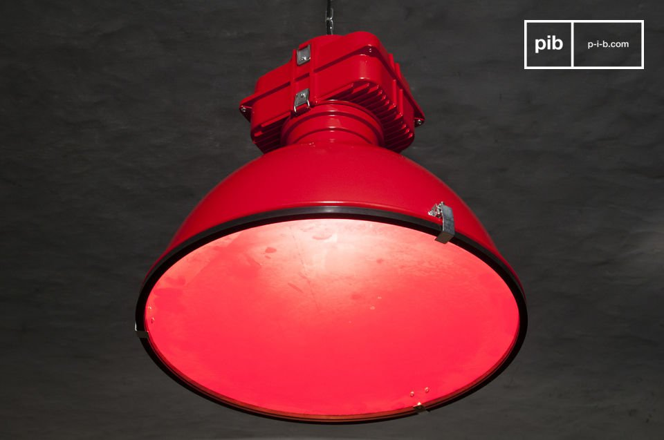 The red colour of the lamp offers a beautiful contrast to that