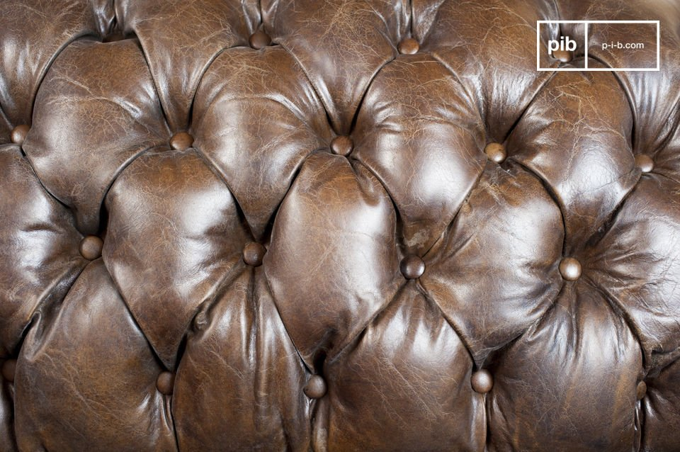 The finishing of this sofa is particularly well-kept: the seams are excellent
