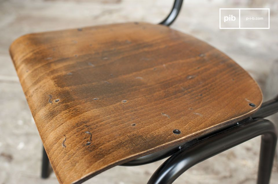 The hand patinated seat gives the wood unique nuances.