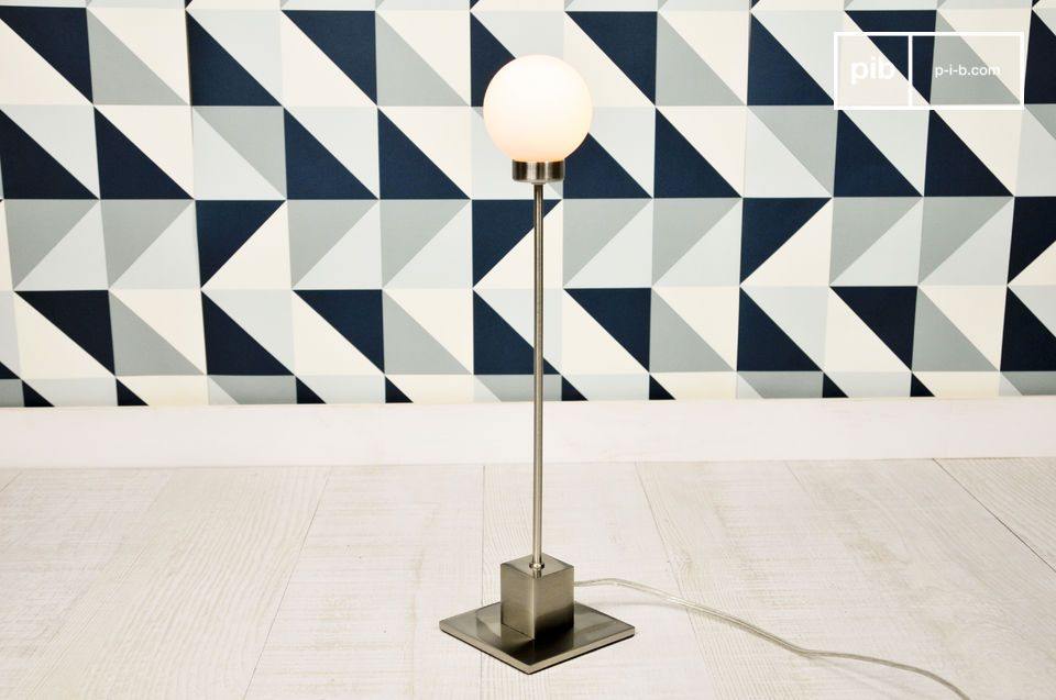 Elegant table lamp to be placed in metal.