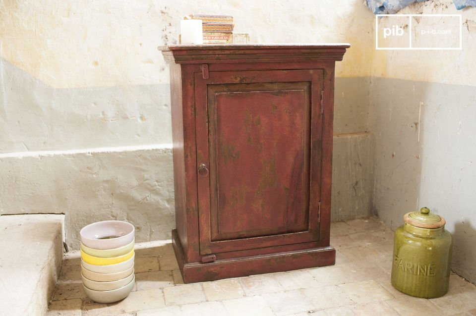 With its elegant lines and the aged appearance the cabinet will not leave cold