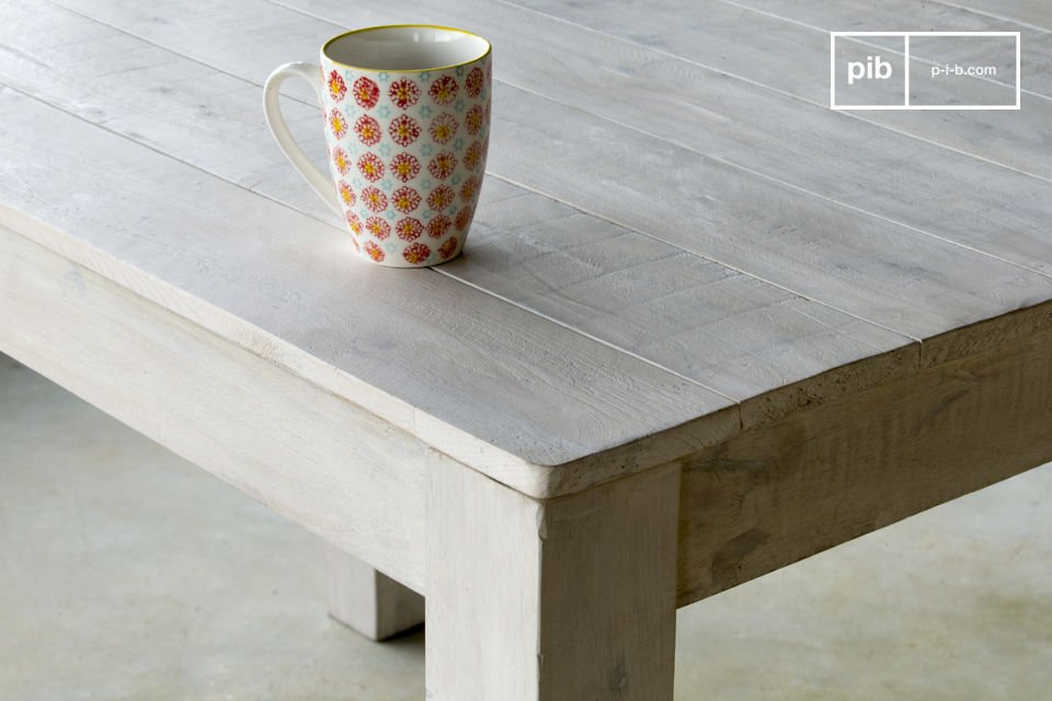With its white glaze patina and timeless sober lines