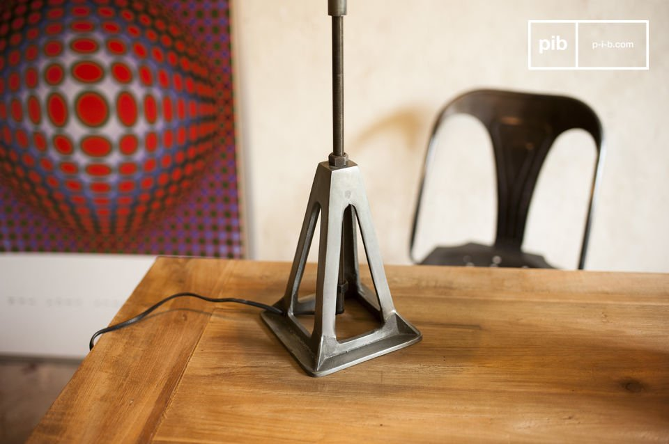 The lamp Eprion is a perfect example of a retro lamp with a strong industrial character