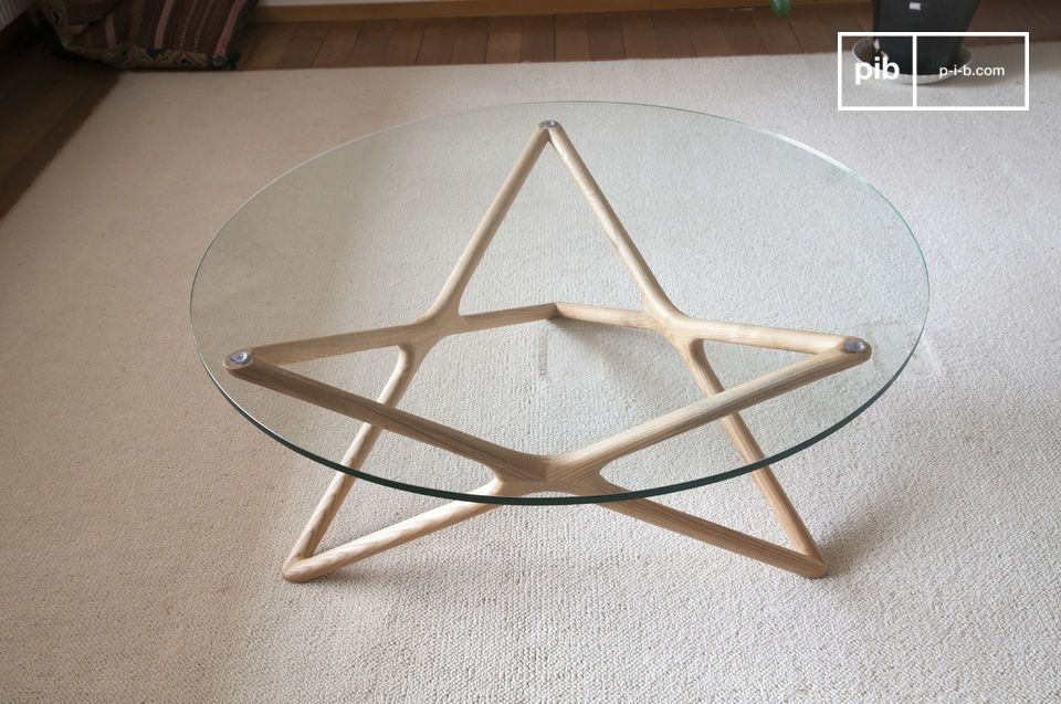 The particularly discreet and refined lines of the Estrella glass coffee table give the furniture a