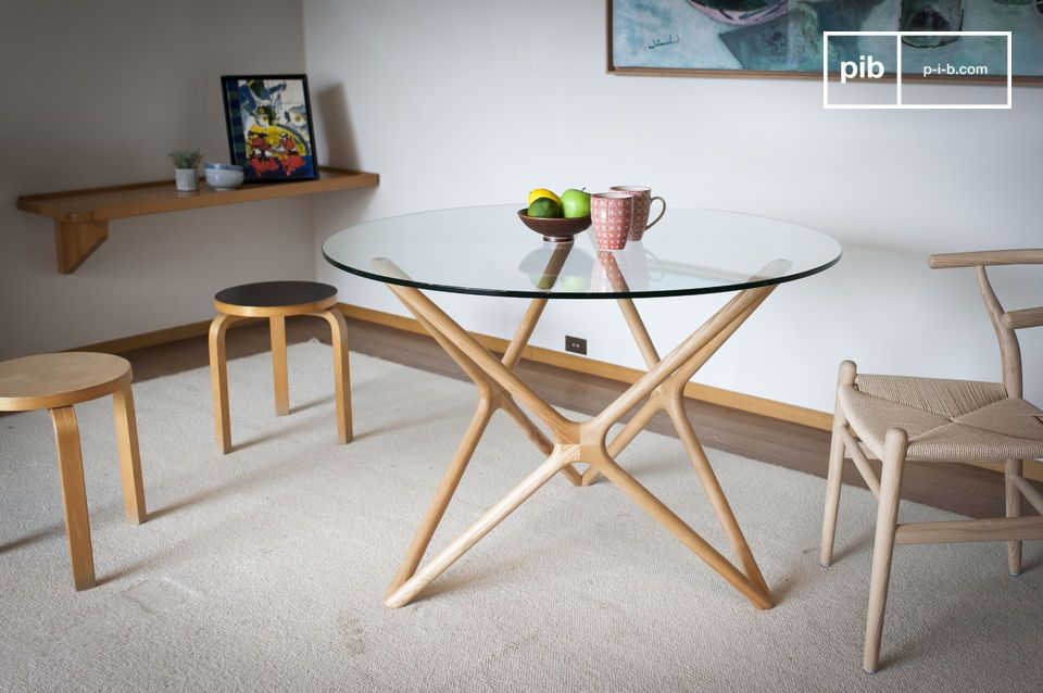 A bright dining table with accentuations from the 60's