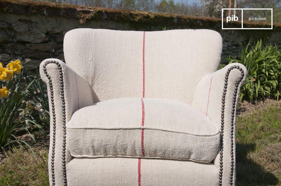 Le liseret rouge donne à son fauteuil une touche moderne