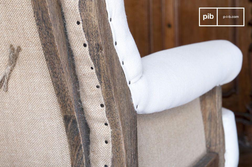 Le fauteuil en lin Edmond apportera du cachet à votre intérieur en lui conférant une touche