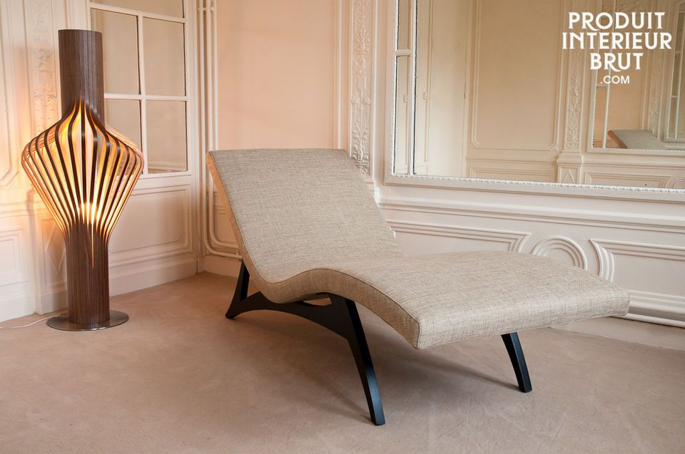 This unique chaise longue has fluid and elegant lines that find their origins in mid-century