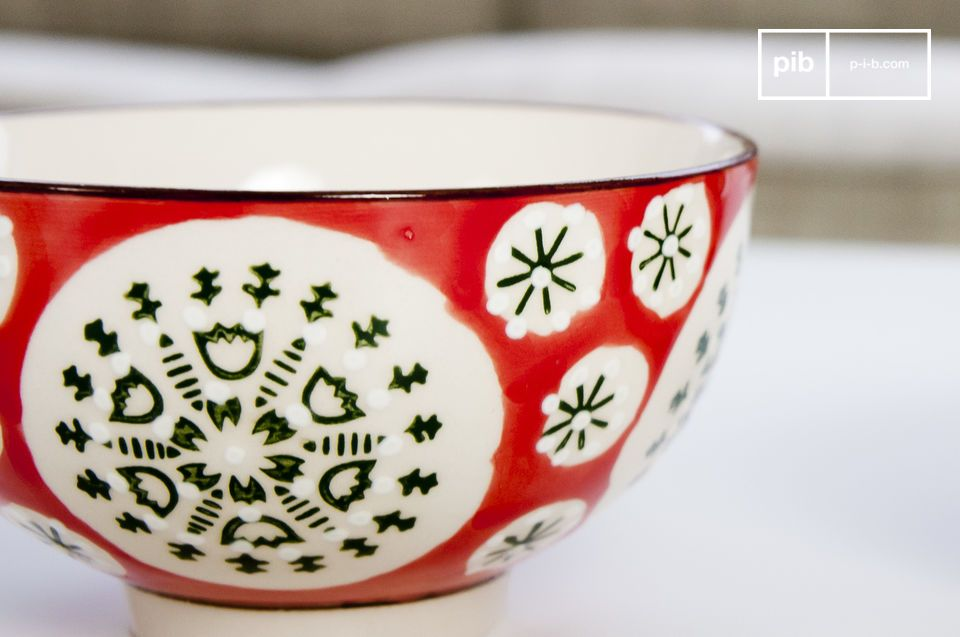 The four bowls have complementary Romany-coloured patterns