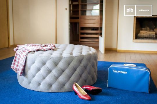 Grand padded Durham Pouf Chair