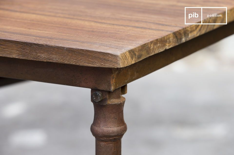 This industrial dining table is composed of an old wooden tray laid on a steel structure