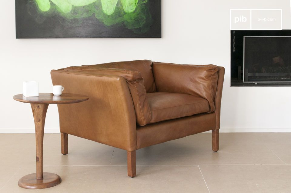 The flawless finish of the armchair is apparent due to the excellent tanning of the full grain cowhide and the precise and carefully processed seams