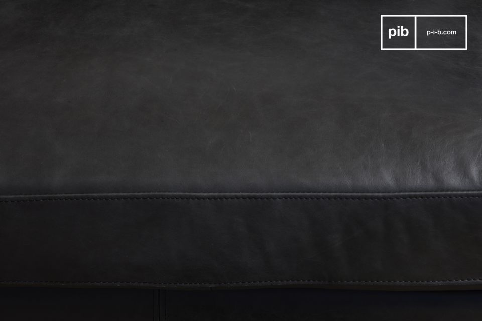 The black leather is ideal for integrating the sofa easily into a variety of aesthetic worlds