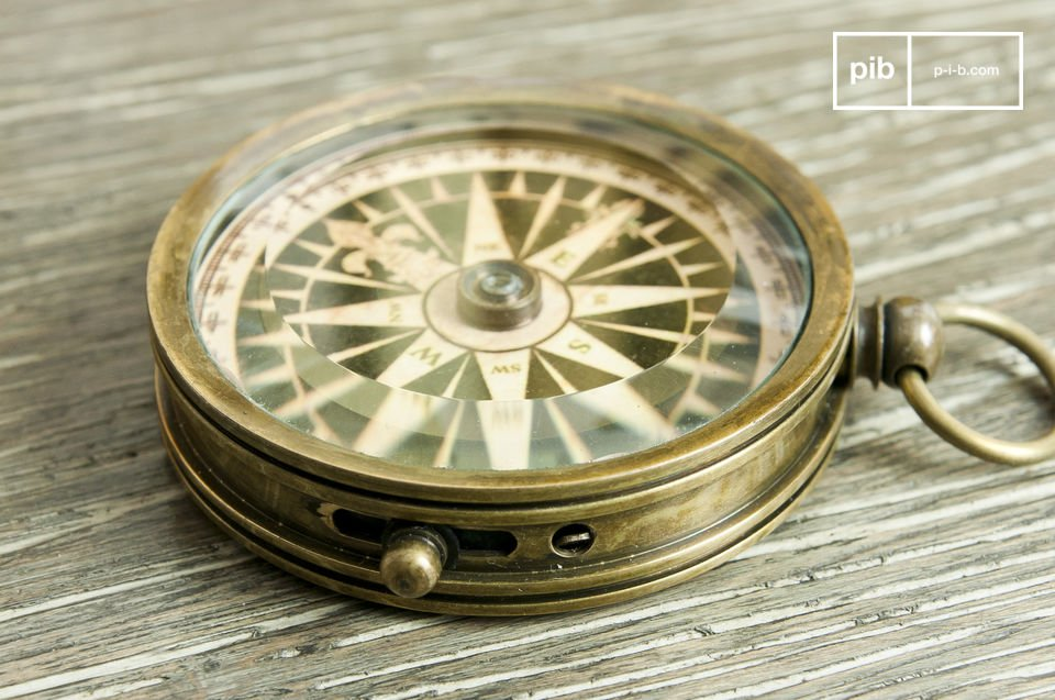 Efficient compass designed with brass with a retro decoration style