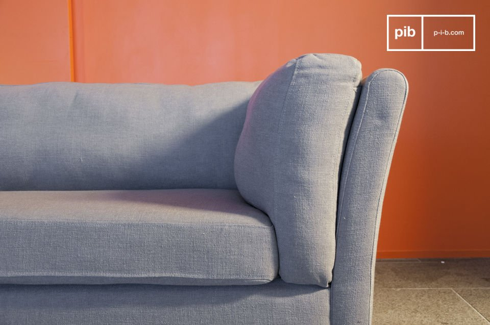 Very sober with its taupe colour, the Herwan sofa displays a great timeless vintage style