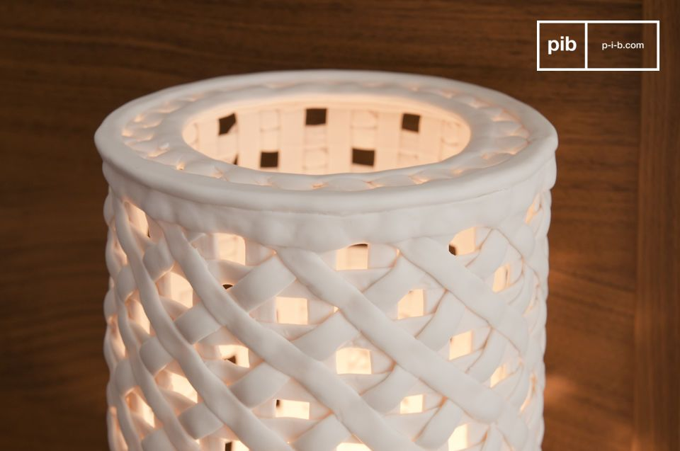 A subtil mesh of porcelain for an unique light