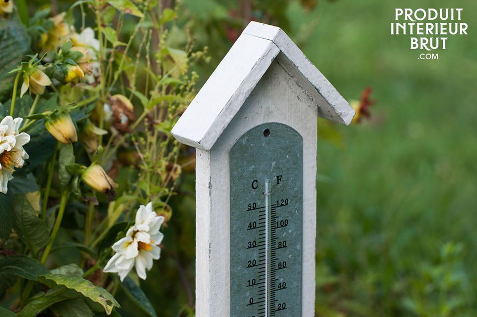 This large thermometer designed with wood combines a good lisibility of the temperature and the