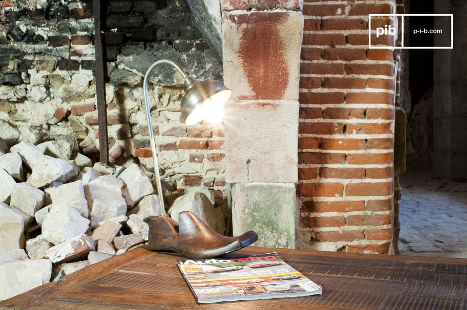 The table lamp Horma is an unusual lamp with a unique style, which will enchant you with its jumble sale charme