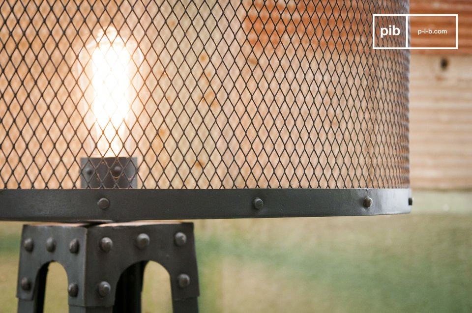 The standard lamp Hornby is an absolutely unique lamp: the metal structure made of dark grey steel