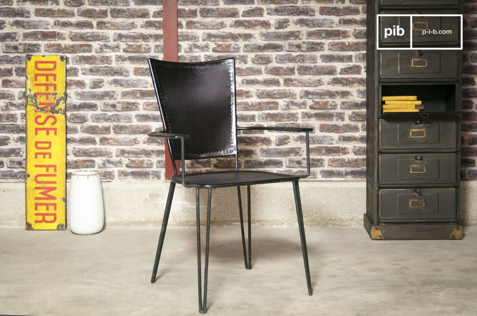 a black leather armchair on a metal structure that combines Latin tunes with a vintage style.