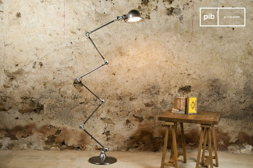 Positioned securely on its 33cm diameter metal base, this Jieldé lamp has the legendary robustness of its all-metal design
