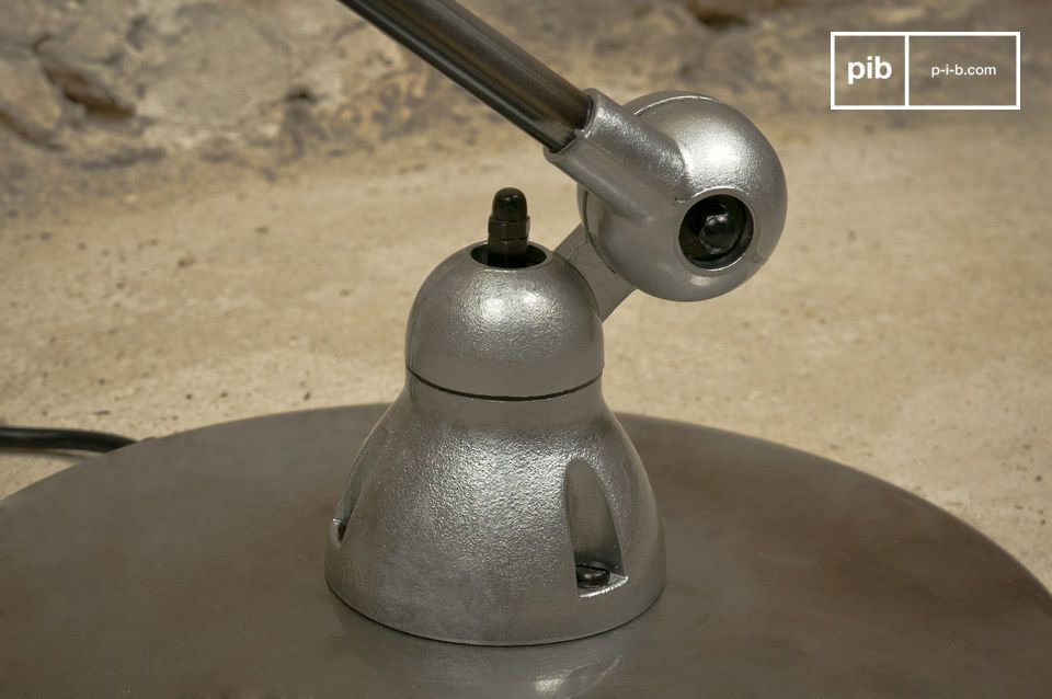 The lamp has a metal drop toggle switch to turn it on and off