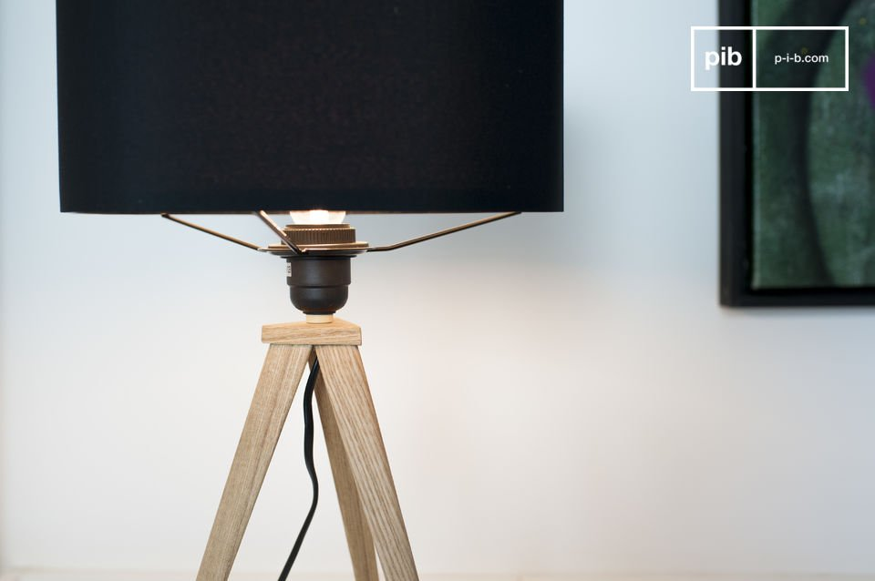 The tripod made of light wood stands for stability and offers a nice contrast to the black fabric of the lampshade