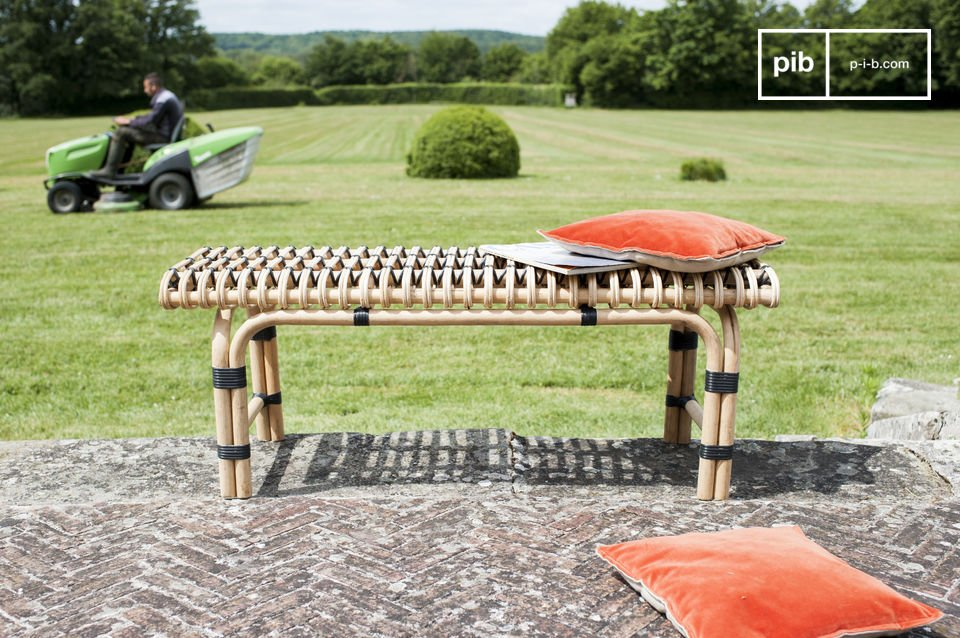 This bench is reinforced by three perpendicular wooden bars, which also provide support