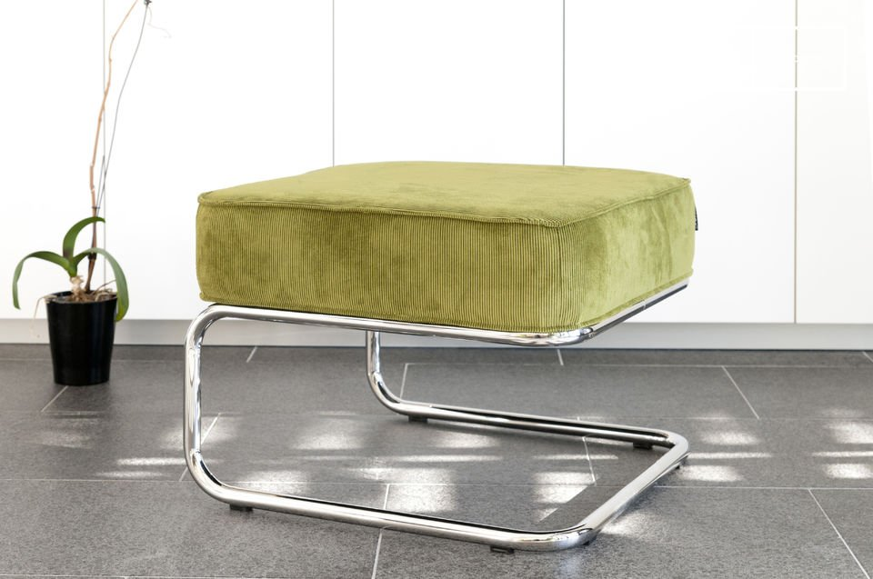 Born in the 1930s, the furniture trend displaying a chromed metal tube structure democratised in the 1950s
