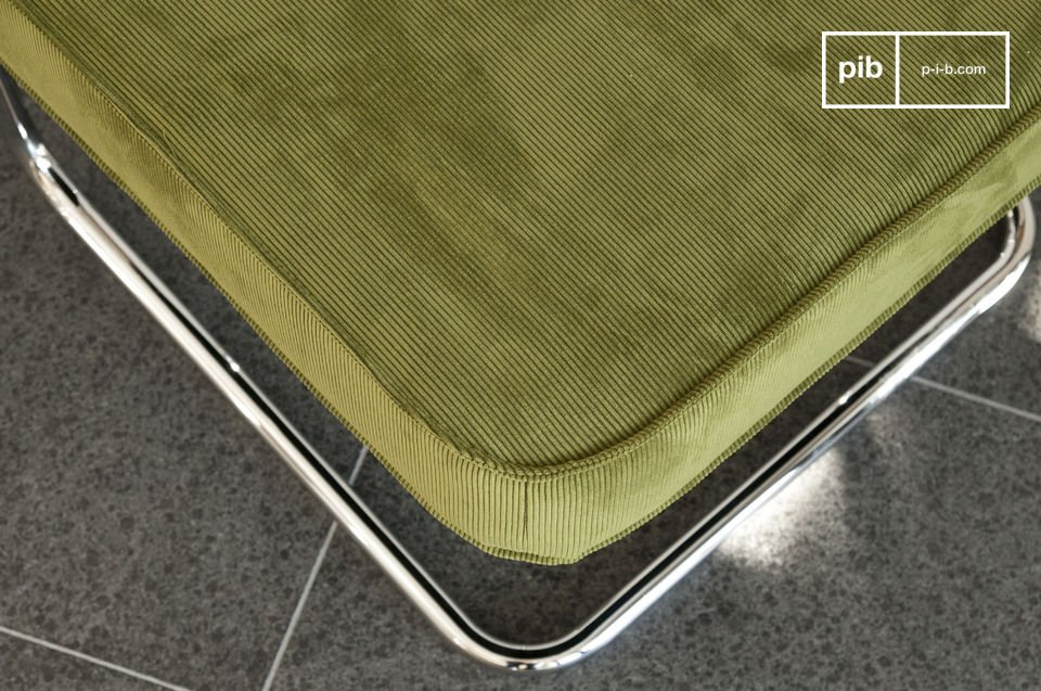 Today it embodies vintage style, particularly in respect to the retro fabric, as is the case with the corduroy that covers the Krömmart ottoman