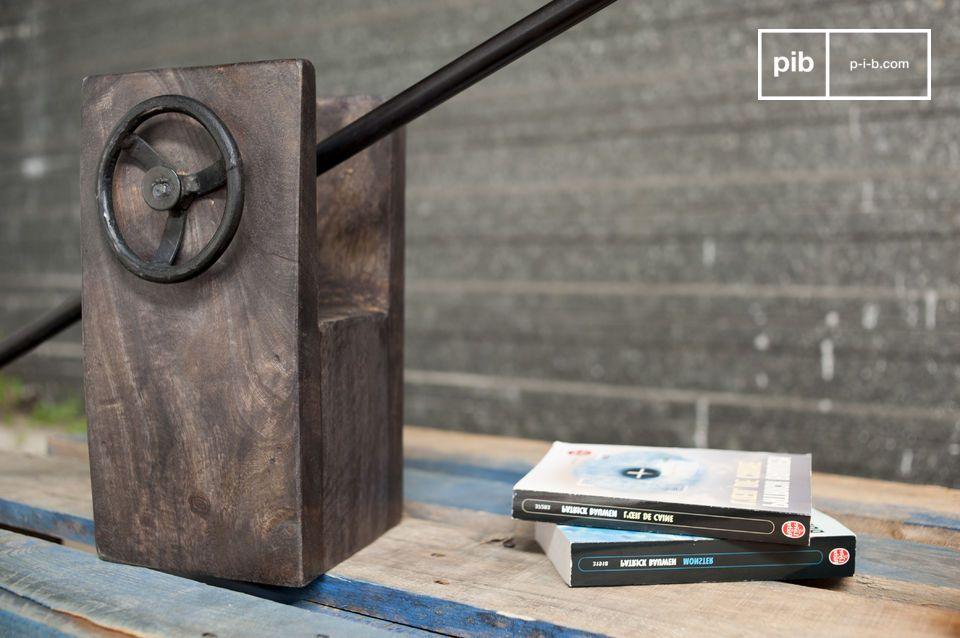 The lamp Flower Block is an original and trendy light due to its resolute vintage industrial design