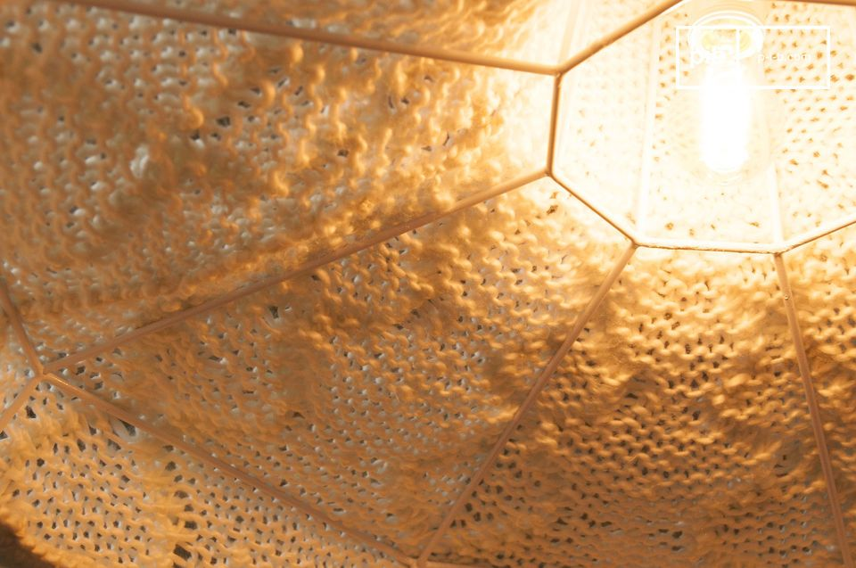 The metal structure of this hanging lamp is covered with white wool, which has beautiful patterns
