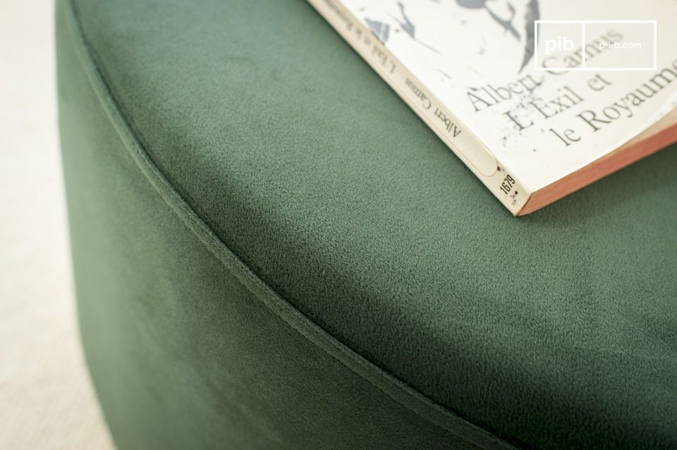 The pouf opts for the subtle combination of a smooth and soft velvet.