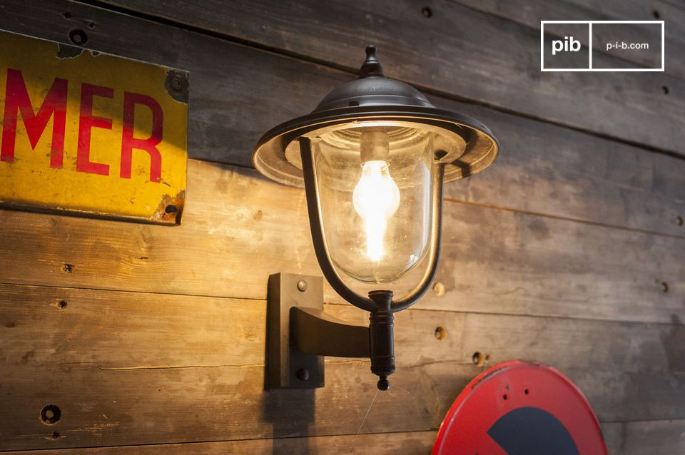 A sturdy and timeless metal wall lamp for the outdoors