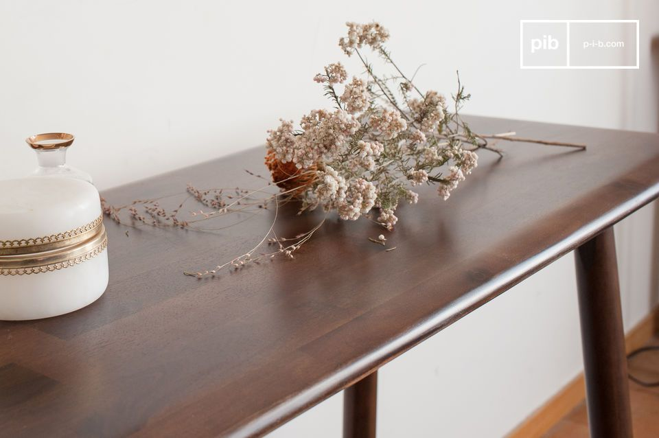 Designed in a particularly aesthetic and refined acacia wood that gives beautiful walnut-coloured