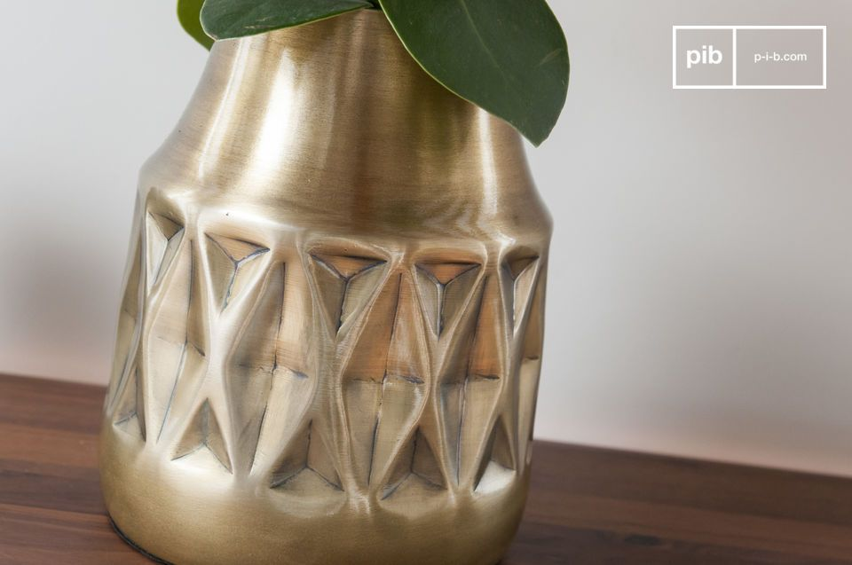 Geometric patterns and varnished brass for a successful vintage piece