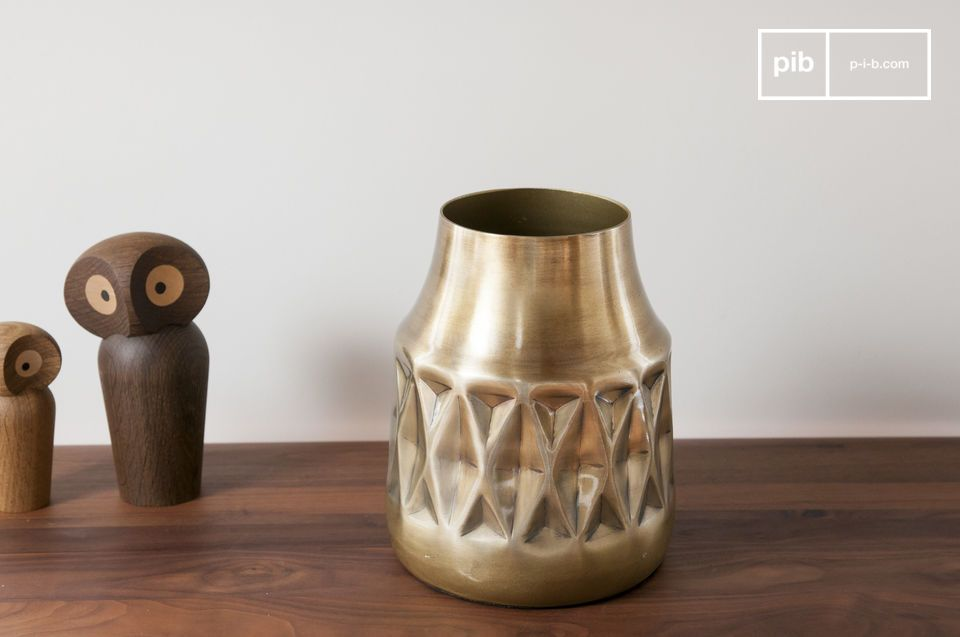 A truly decorative object, the Layti brass vase will bring an elegant vintage touch to your decor