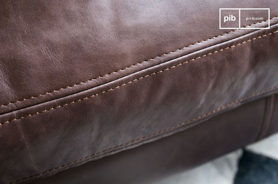 The seams of the leather are sublimely made.