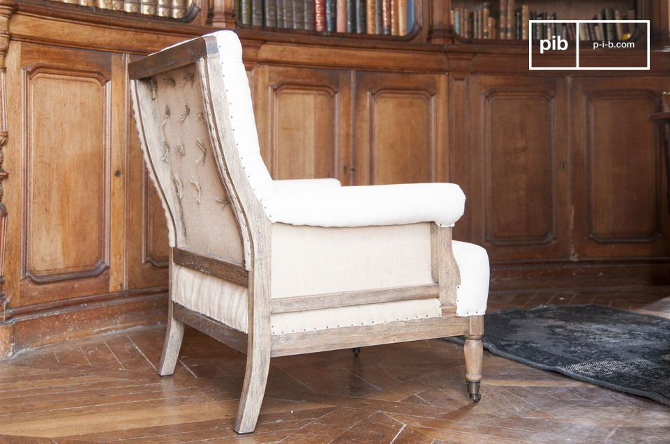 The structure of the armchair Edmond is made out of massive wood