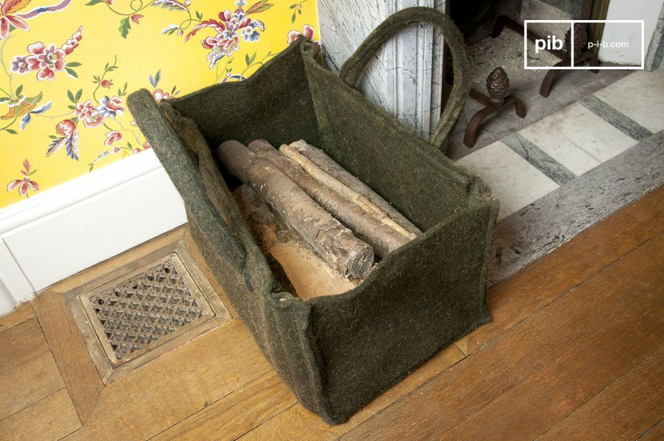 This log basket made of felt is both aesthetic and discreet in its dark grey colour