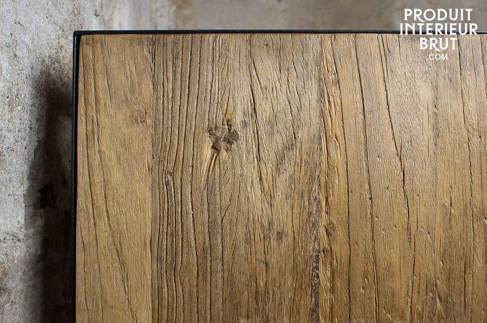 This console emphasises the beauty of old raw wood in a simple but trendy way