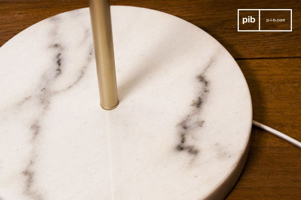 Perfectly stable base, rounded in white marble with black ribbing.