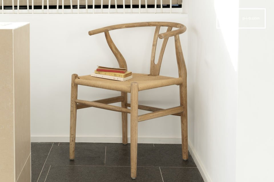 Designed entirely with oak, the chair Mänttä combines vintage design, robustness and comfort