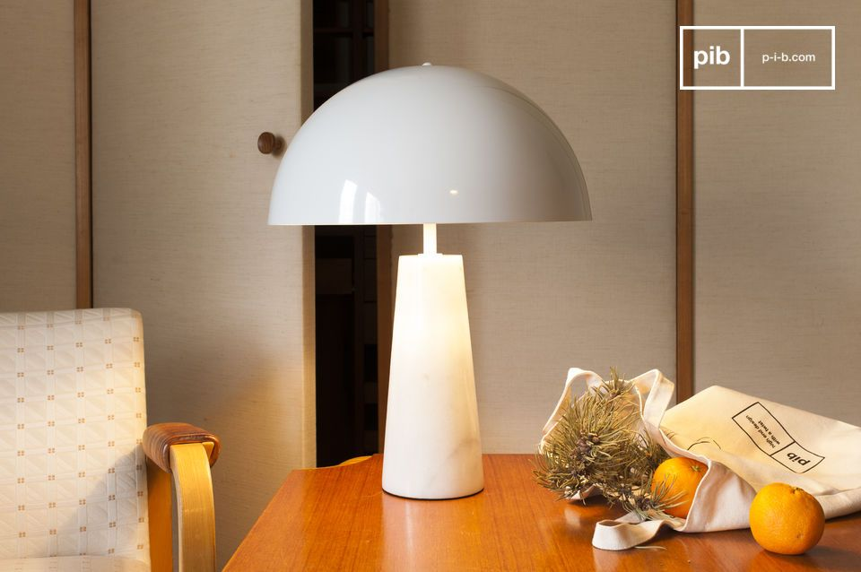 Superb white lamp with a refined design inspired by the 70s.