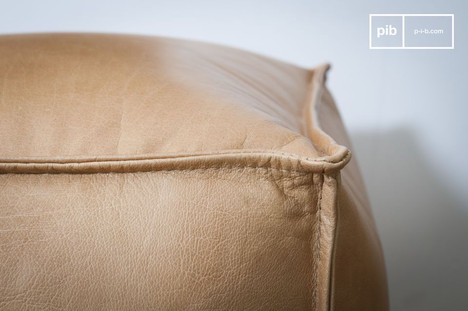 The Marsliden leather pouf is as much loved by his ideal dimensions as by the elegance of his