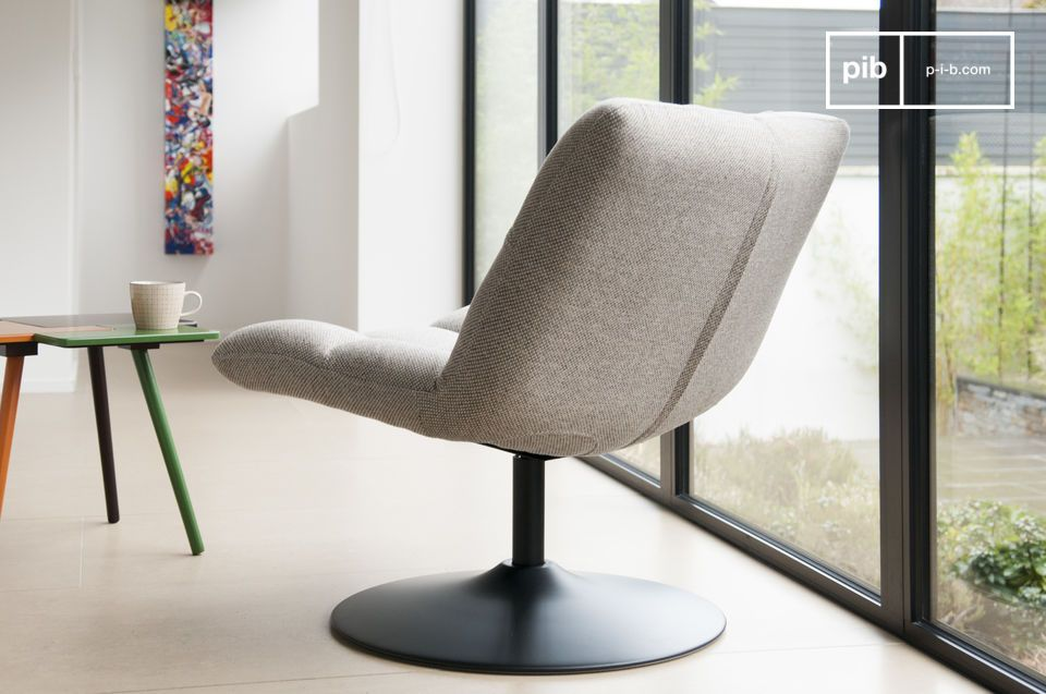 The chair offers a very high comfort level that enables you to spend many hours on it - alone with