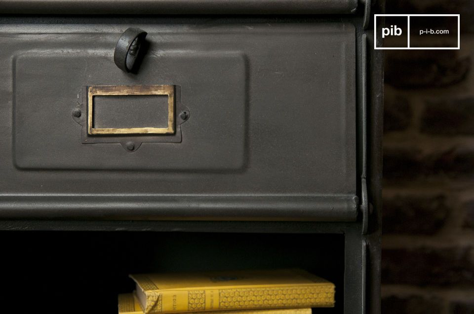 With its matt anthracite and brass corners, emerges from the metal chest the \