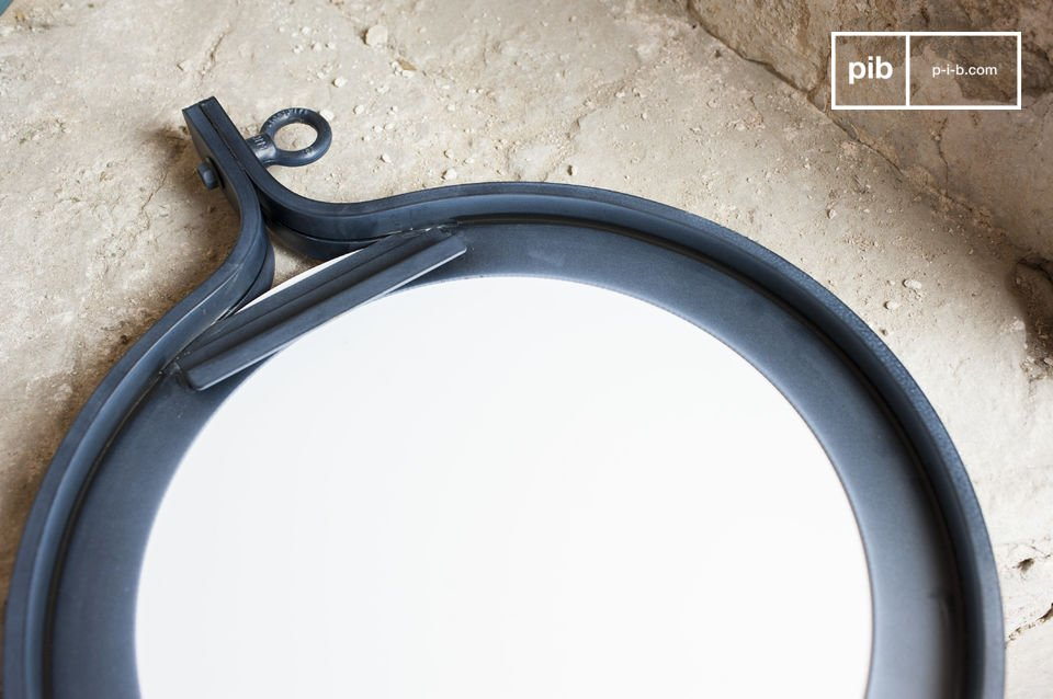 The mirror Matka has a diameter of 40 cm and a frame made of dark, varnished steel