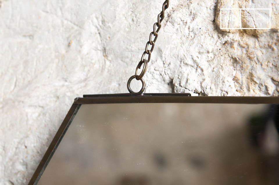 The mirror Solliès-Pont is a wall decoration accessory which is very simple and made in a beautiful